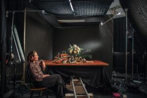 Ohjaaja Elina Talvensaari Neiti Aika -elokuvan lavasteissa. Kuva: Joonas Pulkkanen