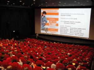 Lapsia istuu elokuvateatterin salissa.