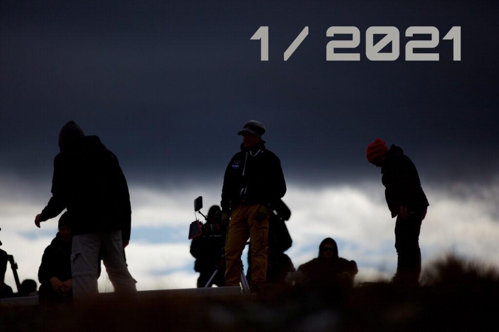 Elokuvatyöntekijöiden silhuetteja synkkää taivasta vasten, sekä teksti uusin numero 1/2021.