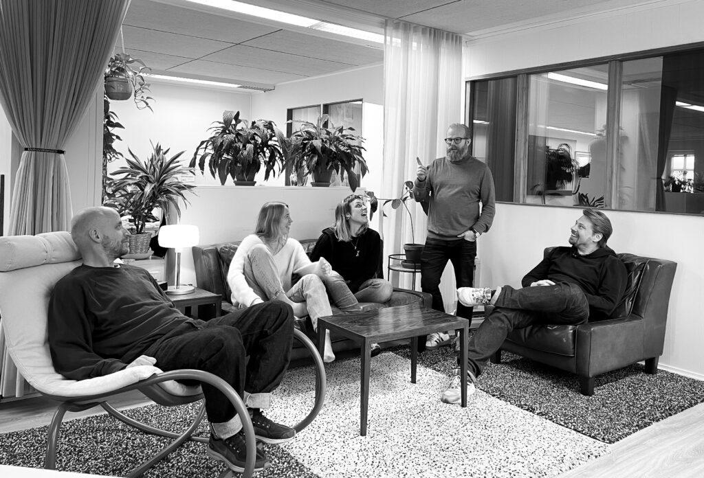 Elokuvatuotantoyhtiö MJÖLK kokoontuu.