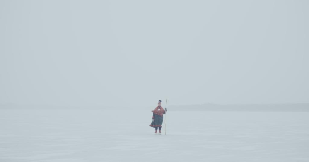 Westin ohjaama kohtaus The Killing of Čáhceravga –videoteoksessa, jossa saamelainen seisoo tuskuisella järvenjäällä.