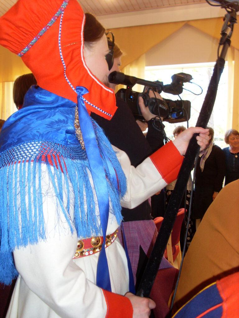 West puomittamassa Utsjoen Diakonissa –dokumentin kuvauksissa vuonna 2009. Kuvaamassa Anja Ahola