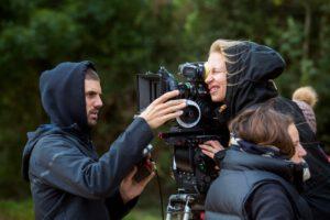 Elokuvaaja Sonja Huttunen on työssään kameran takana.