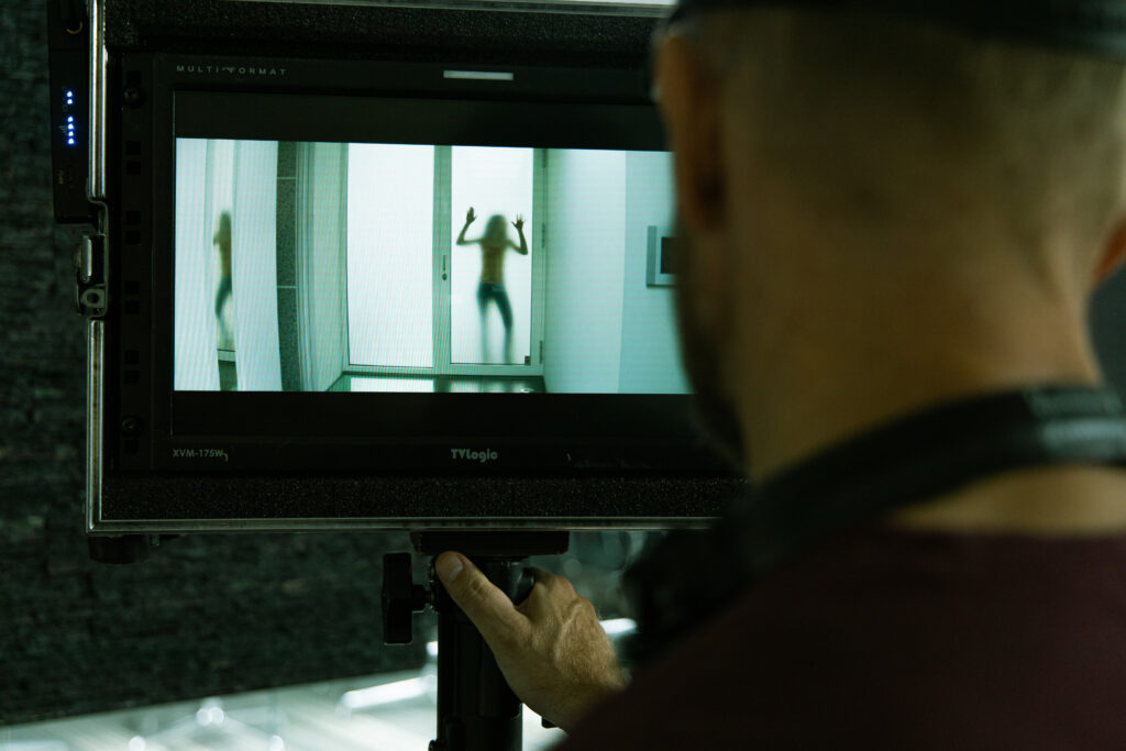 Ohjaaja katsoo näyttelijäntyötä monitorin kautta.