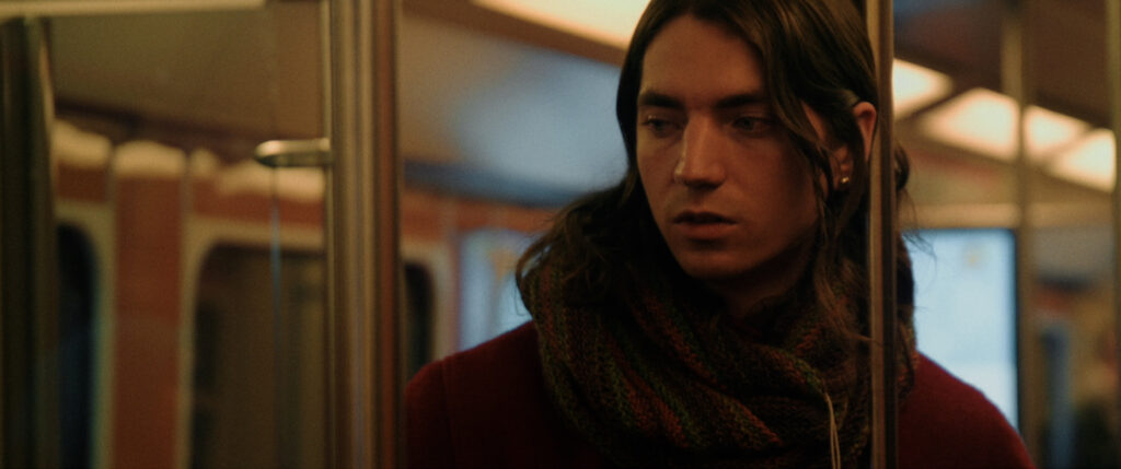 Näyttelijä Pietu Wikström metrossa elokuvassa Fucking with Nobody.