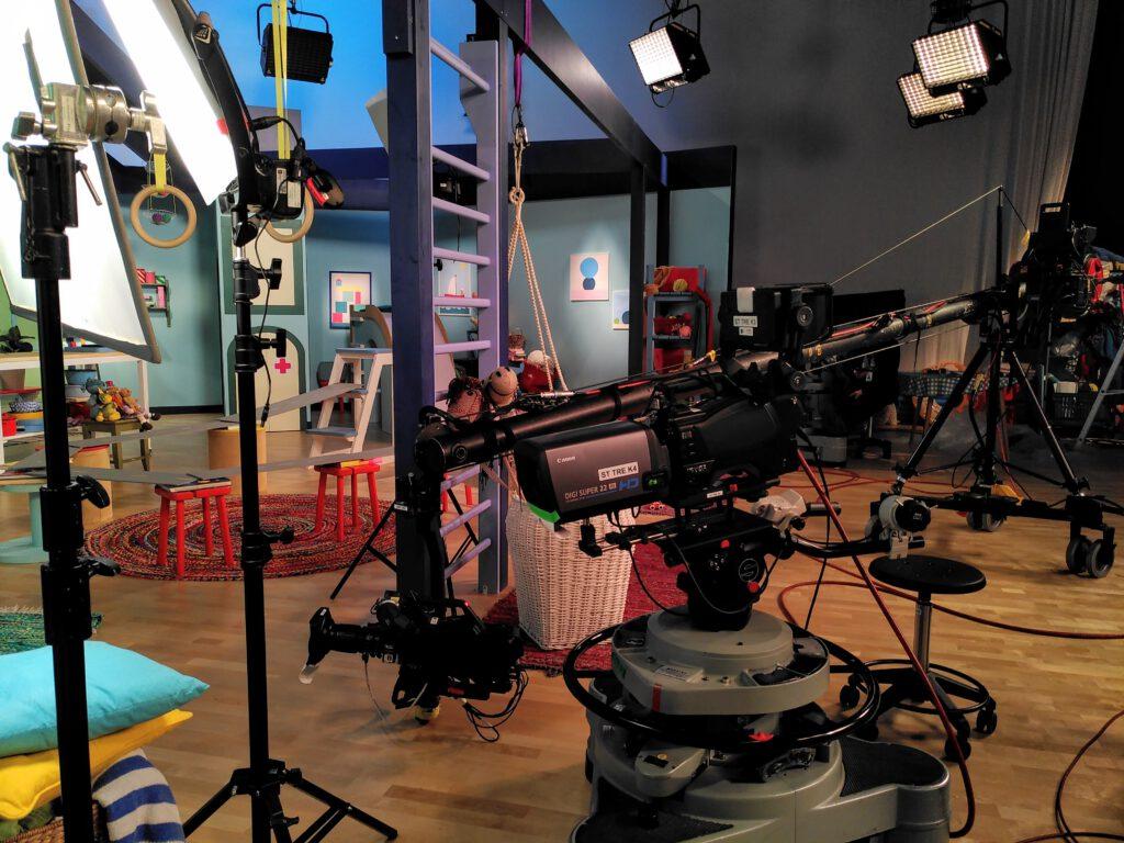 Mediapoliksen studiossa on kamera ja lavasteita.